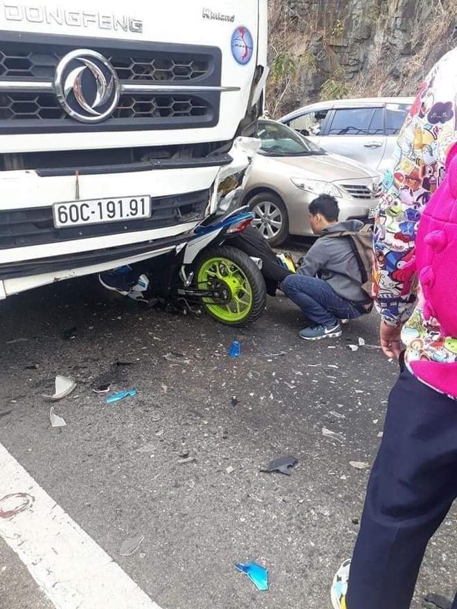 Nam phượt thủ đổ đèo Bảo Lộc gặp nạn, người và xe dính chặt vào đầu xe tải - ảnh 1
