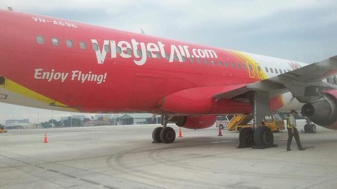 Vietjet lên tiếng về hình ảnh máy bay bị hư lốp sau khi hạ cánh xuống sân bay Tân Sơn Nhất: Đã tiến hành thay lốp ngay sau đó - Ảnh 1.
