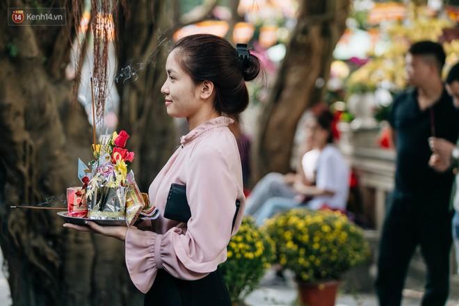Ngày Valentine, nhiều bạn trẻ nô nức tới chùa Hà cầu mong khi đi lẻ bóng, khi về có đôi - Ảnh 11.