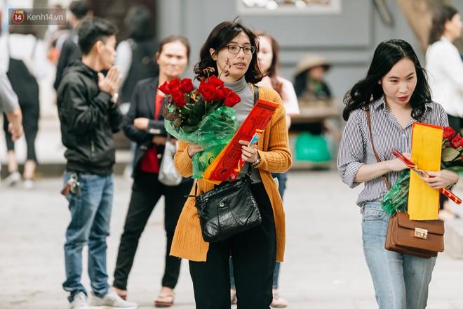 Ngày Valentine, nhiều bạn trẻ nô nức tới chùa Hà cầu mong khi đi lẻ bóng, khi về có đôi - ảnh 12