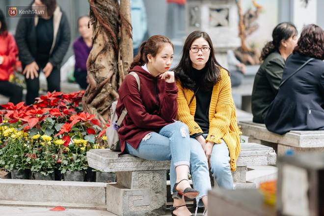 Ngày Valentine, nhiều bạn trẻ nô nức tới chùa Hà cầu mong khi đi lẻ bóng, khi về có đôi - ảnh 18