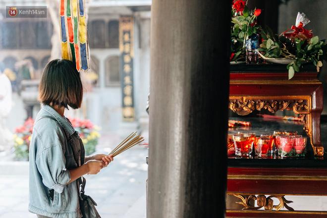 Ngày Valentine, nhiều bạn trẻ nô nức tới chùa Hà cầu mong khi đi lẻ bóng, khi về có đôi - Ảnh 9.