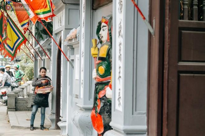 Ngày Valentine, nhiều bạn trẻ nô nức tới chùa Hà cầu mong khi đi lẻ bóng, khi về có đôi - Ảnh 7.