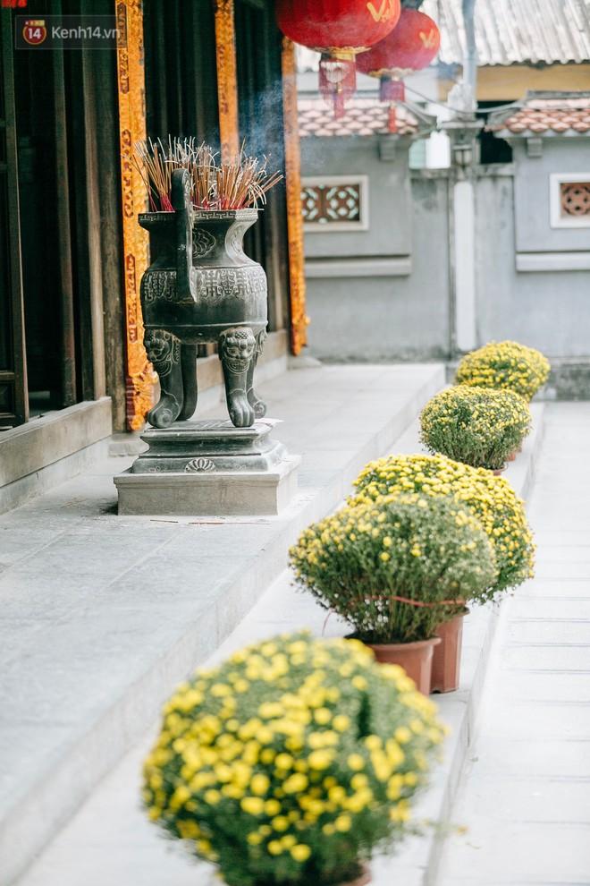 Ngày Valentine, nhiều bạn trẻ nô nức tới chùa Hà cầu mong khi đi lẻ bóng, khi về có đôi - Ảnh 3.