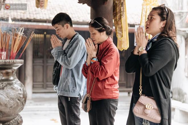 Ngày Valentine, nhiều bạn trẻ nô nức tới chùa Hà cầu mong khi đi lẻ bóng, khi về có đôi - ảnh 24