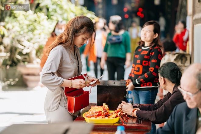 Ngày Valentine, nhiều bạn trẻ nô nức tới chùa Hà cầu mong khi đi lẻ bóng, khi về có đôi - ảnh 15