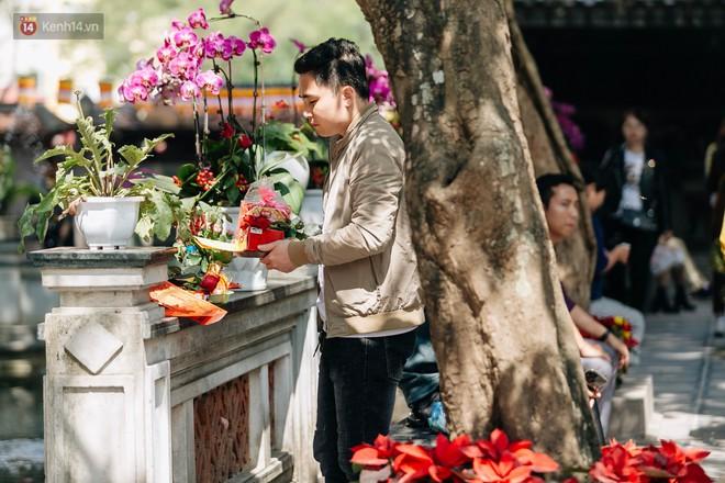 Ngày Valentine, nhiều bạn trẻ nô nức tới chùa Hà cầu mong khi đi lẻ bóng, khi về có đôi - ảnh 14