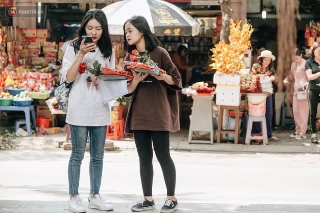 Ngày Valentine, nhiều bạn trẻ nô nức tới chùa Hà cầu mong khi đi lẻ bóng, khi về có đôi - Ảnh 5.