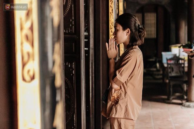 Ngày Valentine, nhiều bạn trẻ nô nức tới chùa Hà cầu mong khi đi lẻ bóng, khi về có đôi - ảnh 23