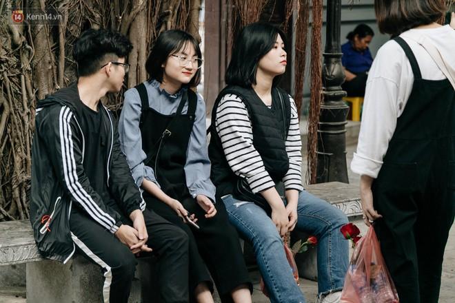 Ngày Valentine, nhiều bạn trẻ nô nức tới chùa Hà cầu mong khi đi lẻ bóng, khi về có đôi - ảnh 17