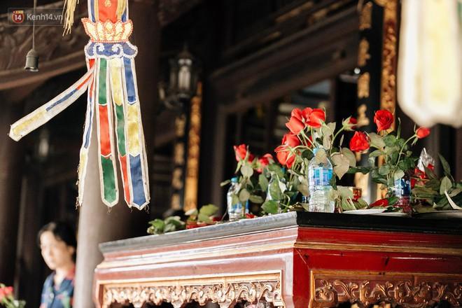 Ngày Valentine, nhiều bạn trẻ nô nức tới chùa Hà cầu mong khi đi lẻ bóng, khi về có đôi - ảnh 20