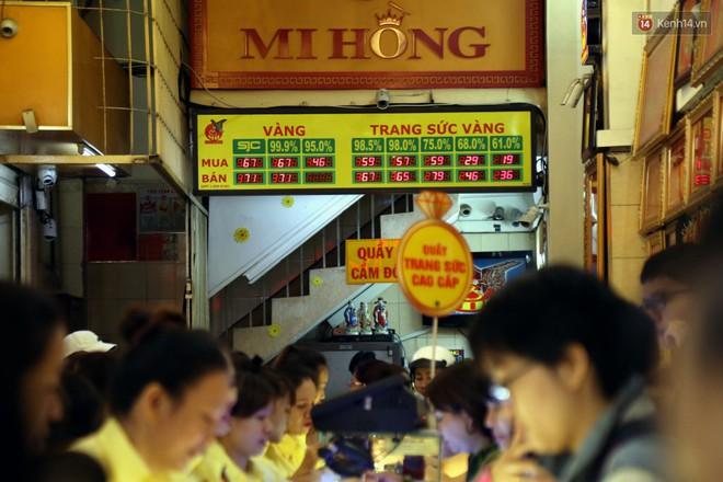 Ảnh: Người Sài Gòn bồng con nhỏ chen nhau toát mồ hôi đi mua vàng ngày vía Thần tài - ảnh 2