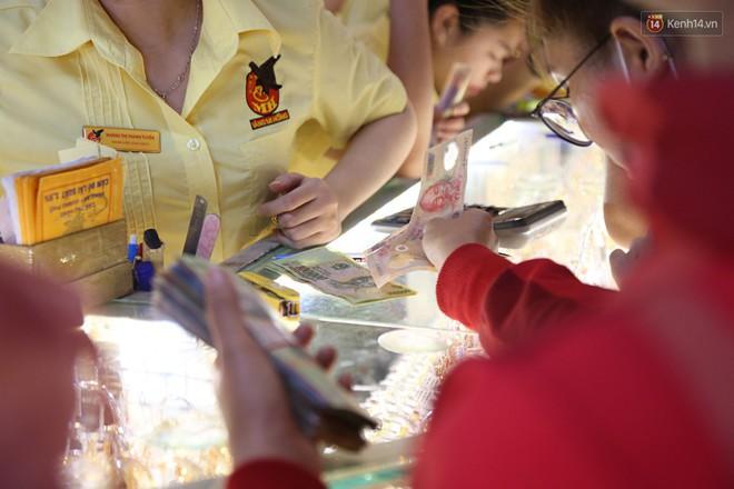 Ảnh: Người Sài Gòn bồng con nhỏ chen nhau toát mồ hôi đi mua vàng ngày vía Thần tài - ảnh 25