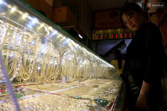 Ảnh: Người Sài Gòn bồng con nhỏ chen nhau toát mồ hôi đi mua vàng ngày vía Thần tài - ảnh 16