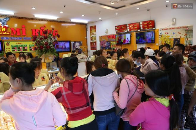 Ảnh: Người Sài Gòn bồng con nhỏ chen nhau toát mồ hôi đi mua vàng ngày vía Thần tài - ảnh 3