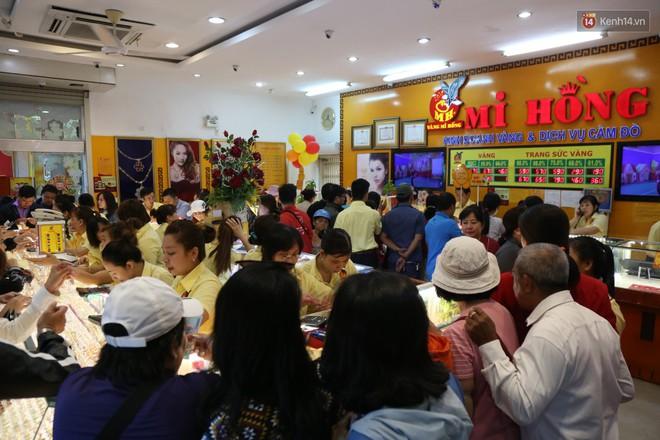 Ảnh: Người Sài Gòn bồng con nhỏ chen nhau toát mồ hôi đi mua vàng ngày vía Thần tài - ảnh 4