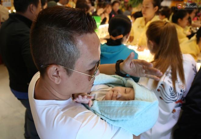 Ảnh: Người Sài Gòn bồng con nhỏ chen nhau toát mồ hôi đi mua vàng ngày vía Thần tài - ảnh 11
