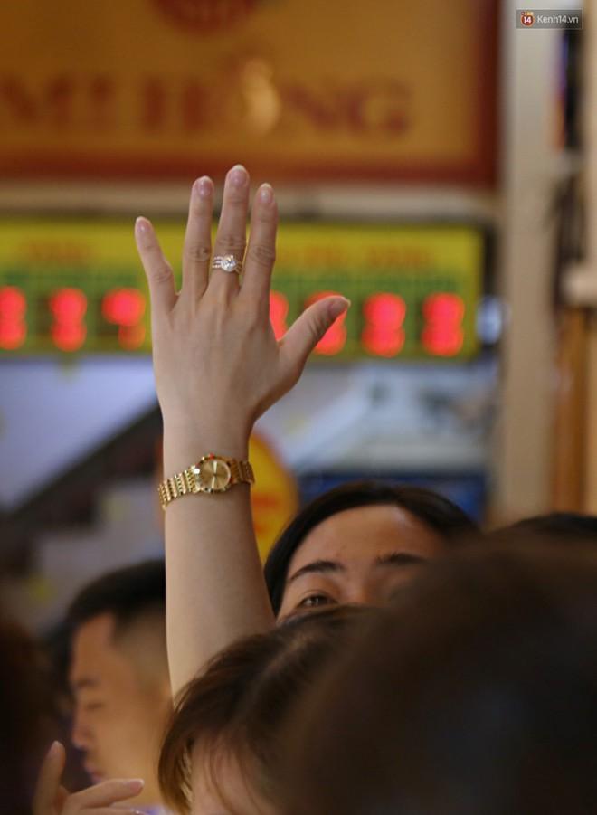 Ảnh: Người Sài Gòn bồng con nhỏ chen nhau toát mồ hôi đi mua vàng ngày vía Thần tài - ảnh 18