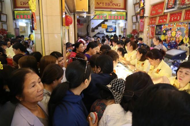 Ảnh: Người Sài Gòn bồng con nhỏ chen nhau toát mồ hôi đi mua vàng ngày vía Thần tài - ảnh 5