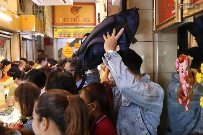 Ảnh: Người Sài Gòn bồng con nhỏ chen nhau toát mồ hôi đi mua vàng ngày vía Thần tài - ảnh 14