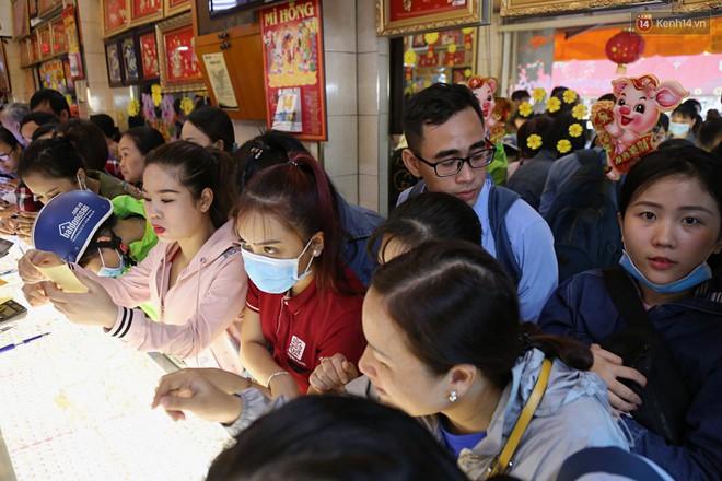 Ảnh: Người Sài Gòn bồng con nhỏ chen nhau toát mồ hôi đi mua vàng ngày vía Thần tài - ảnh 12