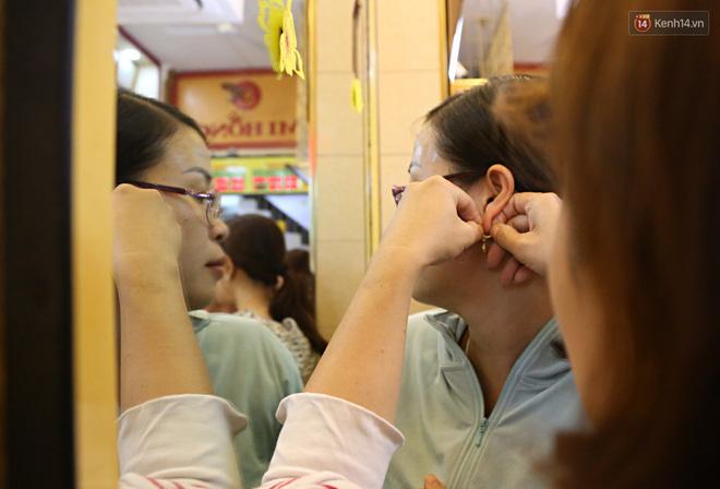 Ảnh: Người Sài Gòn bồng con nhỏ chen nhau toát mồ hôi đi mua vàng ngày vía Thần tài - ảnh 24