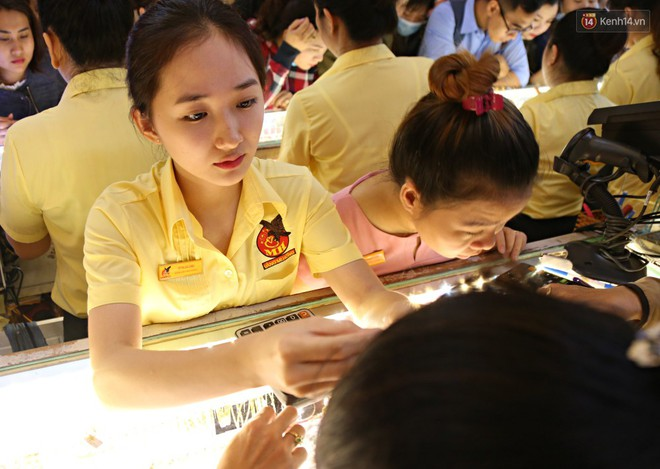 Ảnh: Người Sài Gòn bồng con nhỏ chen nhau toát mồ hôi đi mua vàng ngày vía Thần tài - ảnh 9
