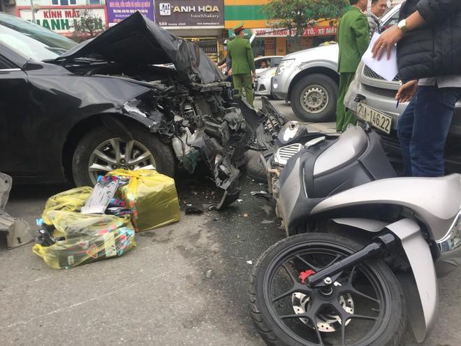 Hà Nội: Ô tô Mazda đâm liên hoàn hai xe máy chạy cùng chiều, ba người bị thương - ảnh 1