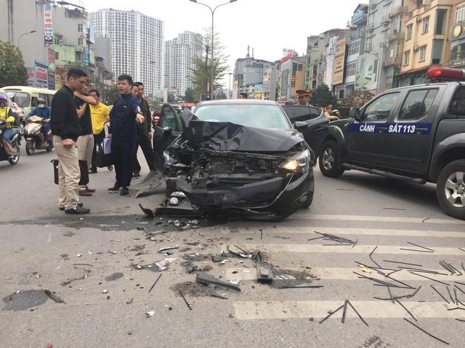 Hà Nội: Ô tô Mazda đâm liên hoàn hai xe máy chạy cùng chiều, ba người bị thương - ảnh 2