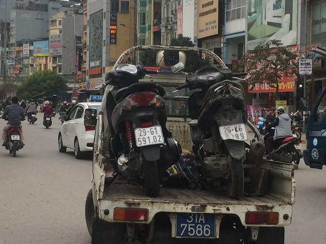 Hà Nội: Ô tô Mazda đâm liên hoàn hai xe máy chạy cùng chiều, ba người bị thương - ảnh 3