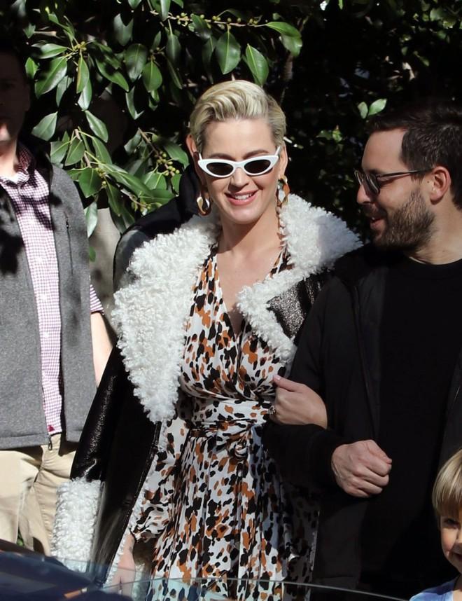 Tiền tiệc Oscar: Miley Cyrus tình tứ bên Kristen Stewart dù đến với chồng, Katy Perry khoe nhẫn khủng bên dàn siêu sao - ảnh 9