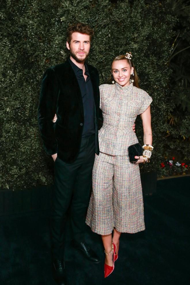 Tiền tiệc Oscar: Miley Cyrus tình tứ bên Kristen Stewart dù đến với chồng, Katy Perry khoe nhẫn khủng bên dàn siêu sao - ảnh 1