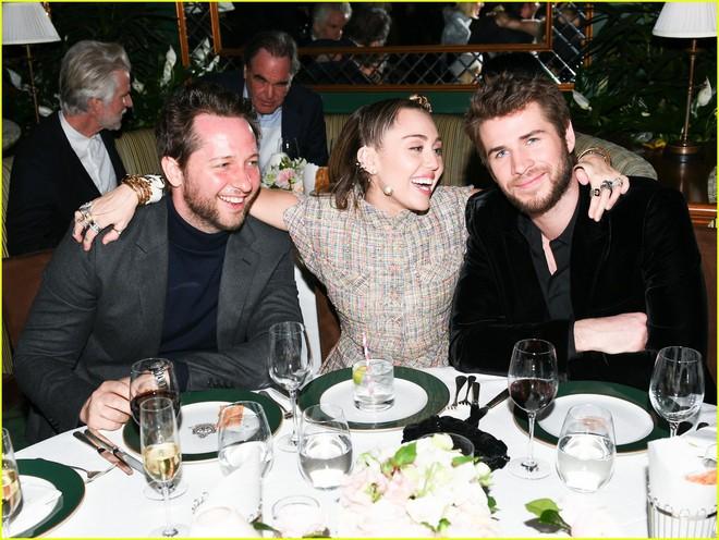 Tiền tiệc Oscar: Miley Cyrus tình tứ bên Kristen Stewart dù đến với chồng, Katy Perry khoe nhẫn khủng bên dàn siêu sao - ảnh 3