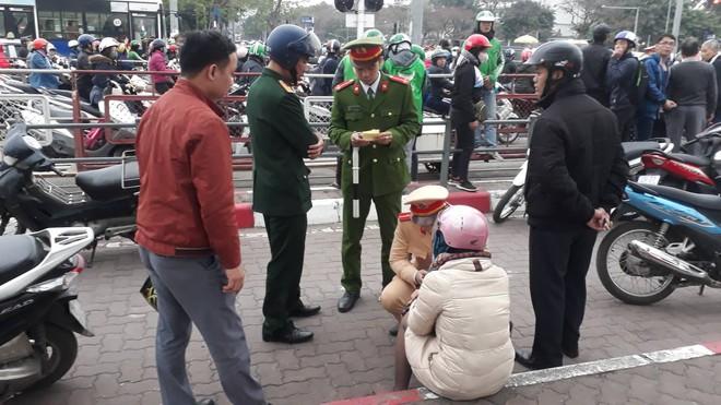 Nạn nhân bàng hoàng kể lại vụ ô tô đâm hàng loạt xe đang dừng đèn đỏ ở Hà Nội: May là tôi bị húc văng lên chứ không bị cuốn vào gầm xe... - Ảnh 1.