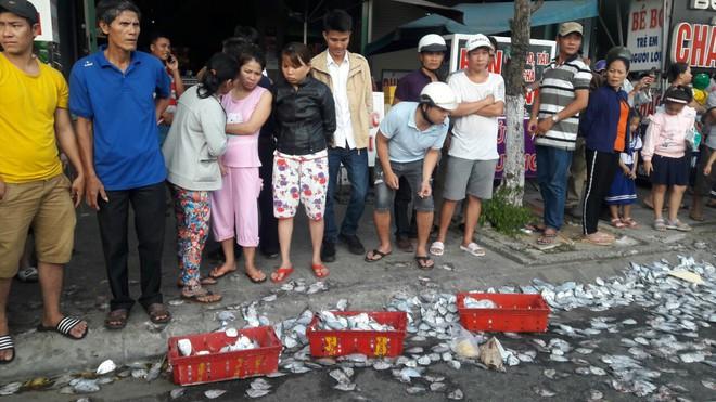 Ô tô tải húc văng 3 người đi xe máy rồi lật nhào, 2 tấn cá tràn xuống đường - ảnh 3