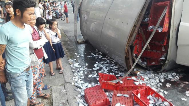 Ô tô tải húc văng 3 người đi xe máy rồi lật nhào, 2 tấn cá tràn xuống đường - ảnh 4