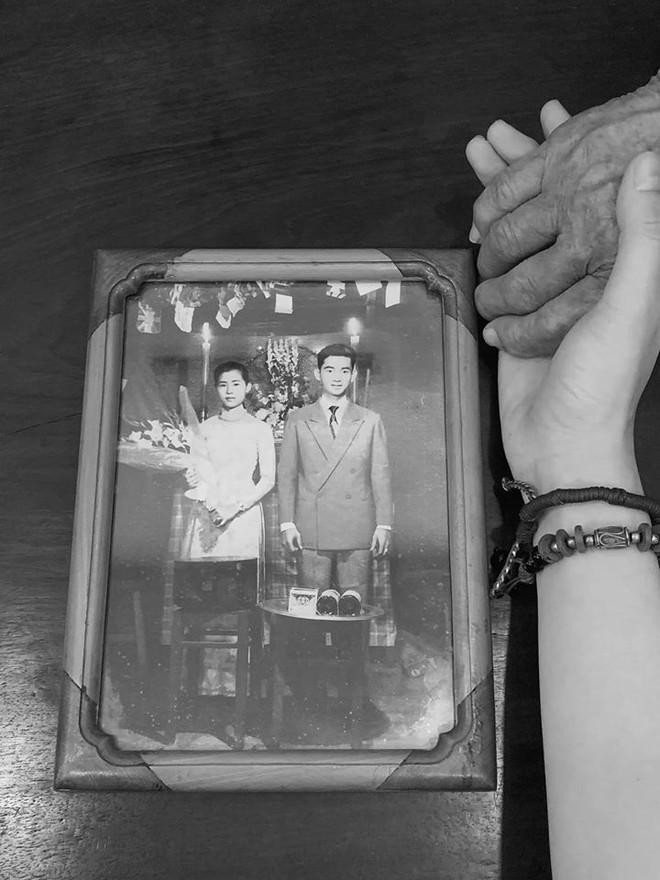 Angela Phương Trinh kể chuyện xúc động về bà ngoại: Bán xôi nuôi con cháu từ 18 đến nay 81 tuổi - Ảnh 1.