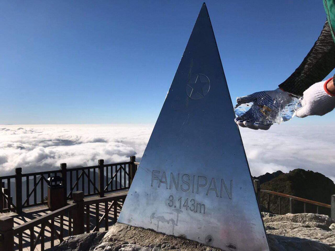Mùng 2 Tết, đỉnh Fansipan băng phủ trắng - Ảnh 5.