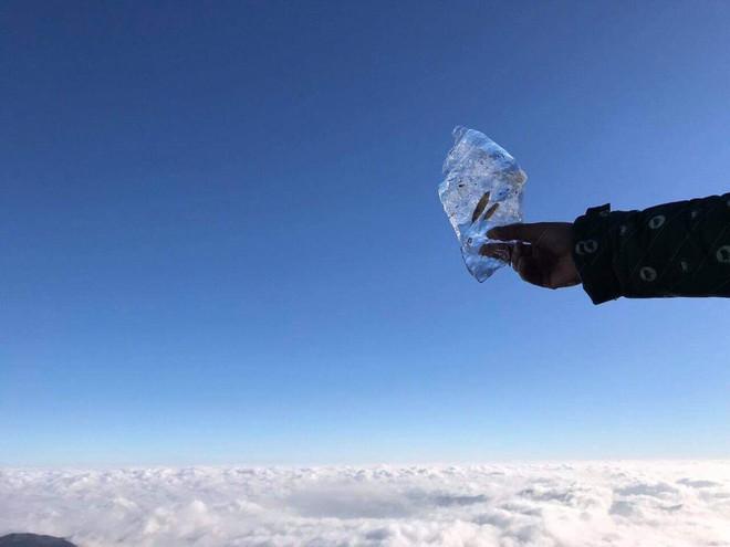 Mùng 2 Tết, đỉnh Fansipan băng phủ trắng - Ảnh 4.