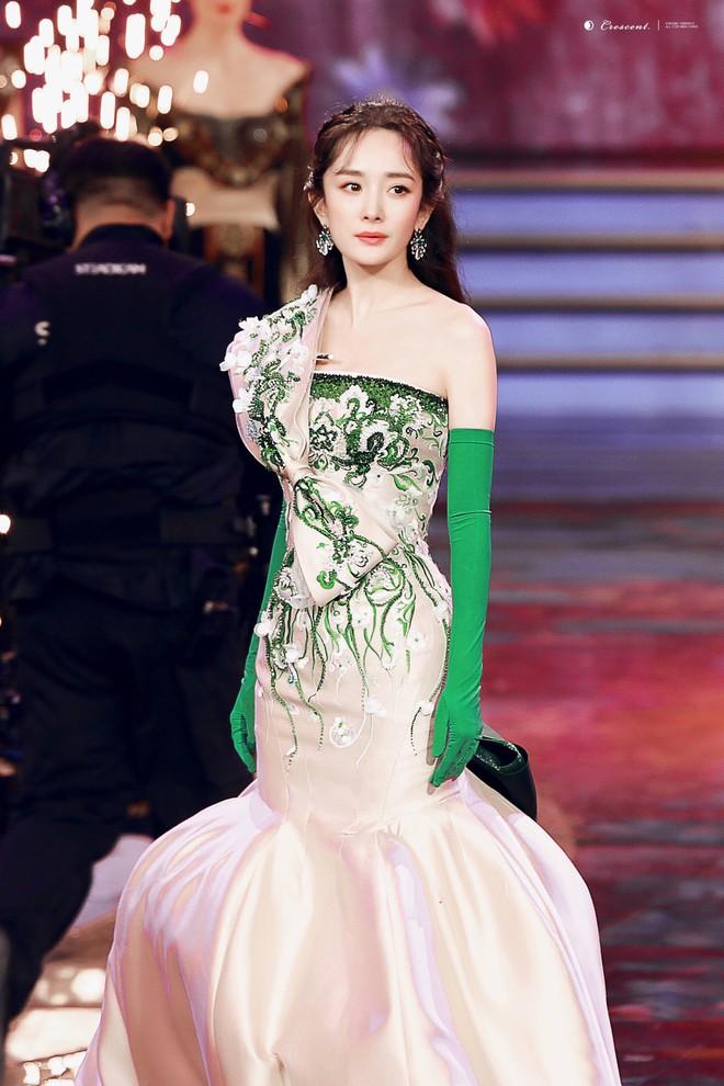 Vòng 2 nhỏ hơn cả siêu mẫu, Dương Mịch khiến NTK nổi tiếng của Phạm Băng Băng cũng ngỡ ngàng khi cô diện đẹp mẫu váy khó nhằn - Ảnh 1.