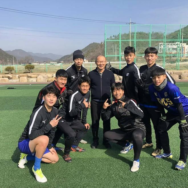HLV Park Hang-seo về thăm bạn cũ, hào phóng ký một thùng bóng tặng người hâm mộ - Ảnh 8.