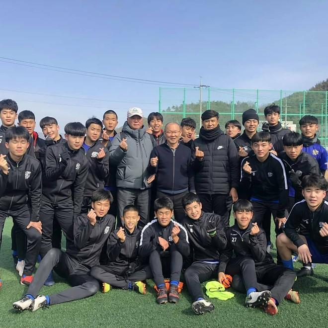 HLV Park Hang-seo về thăm bạn cũ, hào phóng ký một thùng bóng tặng người hâm mộ - Ảnh 7.