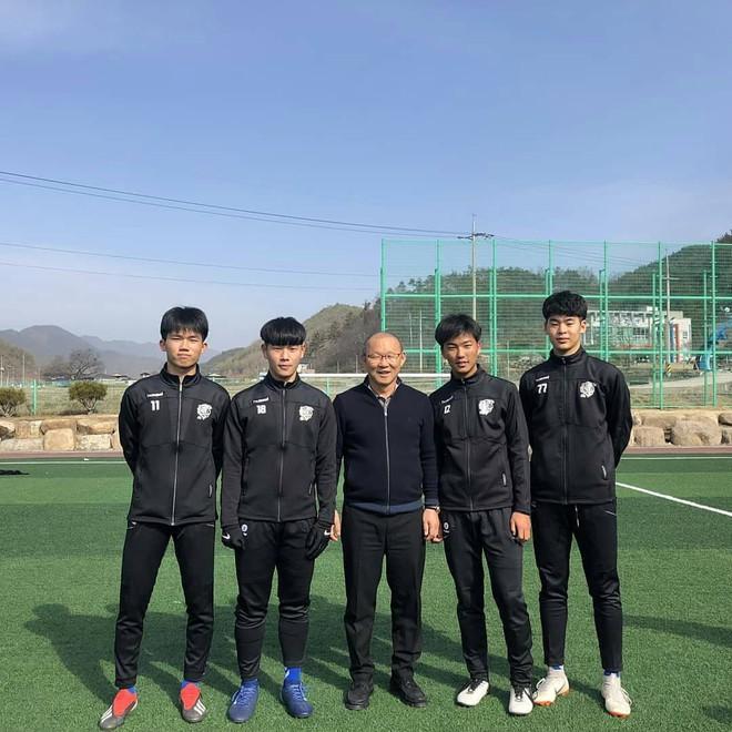 HLV Park Hang-seo về thăm bạn cũ, hào phóng ký một thùng bóng tặng người hâm mộ - Ảnh 6.