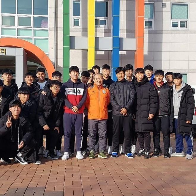 HLV Park Hang-seo về thăm bạn cũ, hào phóng ký một thùng bóng tặng người hâm mộ - Ảnh 1.