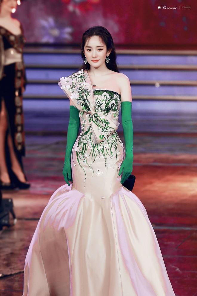 Vòng 2 nhỏ hơn cả siêu mẫu, Dương Mịch khiến NTK nổi tiếng của Phạm Băng Băng cũng ngỡ ngàng khi cô diện đẹp mẫu váy khó nhằn - Ảnh 5.