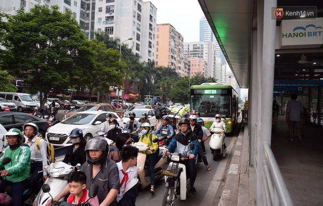 Chùm ảnh: Đây là cảnh tượng diễn ra mỗi ngày trên tuyến đường Hà Nội dự kiến cấm xe máy vào giờ cao điểm - Ảnh 1.