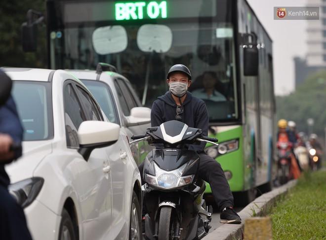 Chùm ảnh: Đây là cảnh tượng diễn ra mỗi ngày trên tuyến đường Hà Nội dự kiến cấm xe máy vào giờ cao điểm - Ảnh 5.