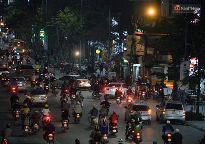 Chùm ảnh: Đây là cảnh tượng diễn ra mỗi ngày trên tuyến đường Hà Nội dự kiến cấm xe máy vào giờ cao điểm - Ảnh 12.
