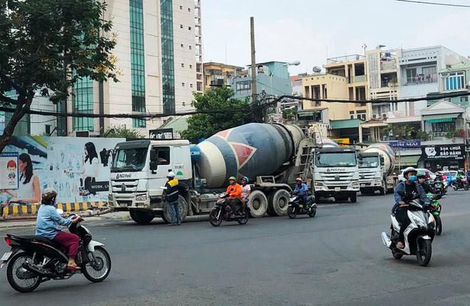 Hàng chục xe bồn bê tông nối đuôi chạy ầm ầm giữa ban ngày ở trung tâm Sài Gòn khiến người dân bức xúc - Ảnh 1.