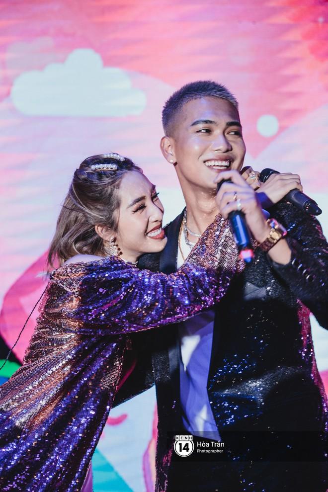 Emily và Big Daddy khóa môi nhau cực ngọt, công khai nói lời yêu lãng mạn tại concert đầu tiên trong sự nghiệp - Ảnh 6.